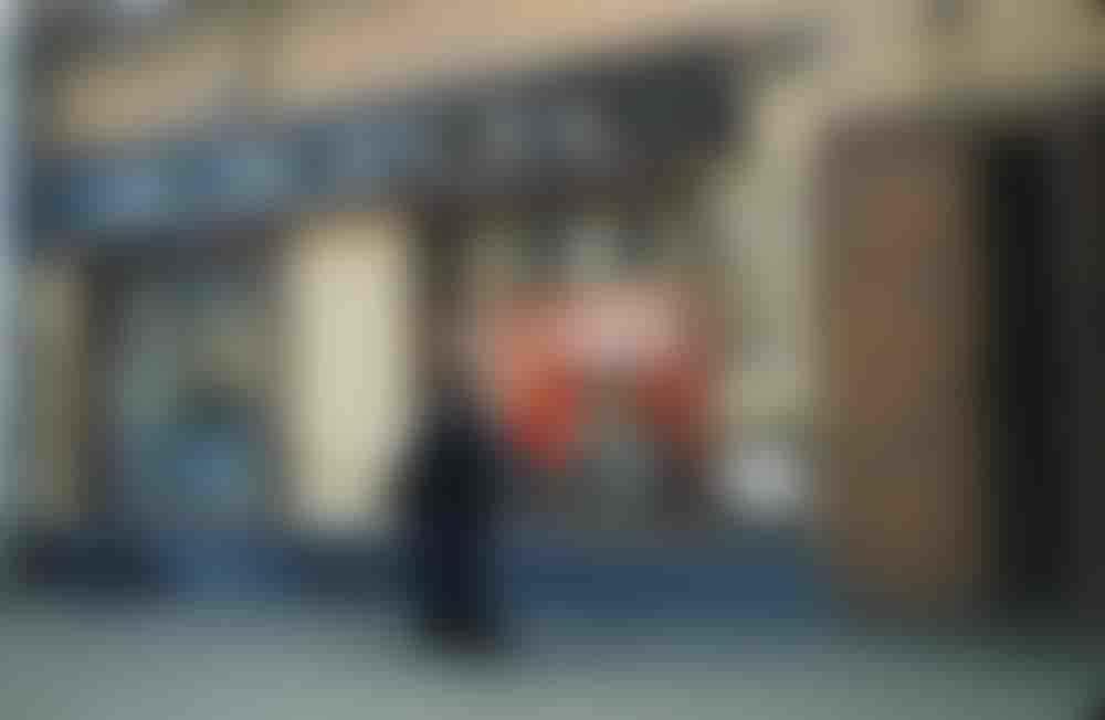 Бюст Ленина в окне филиала московского банка.