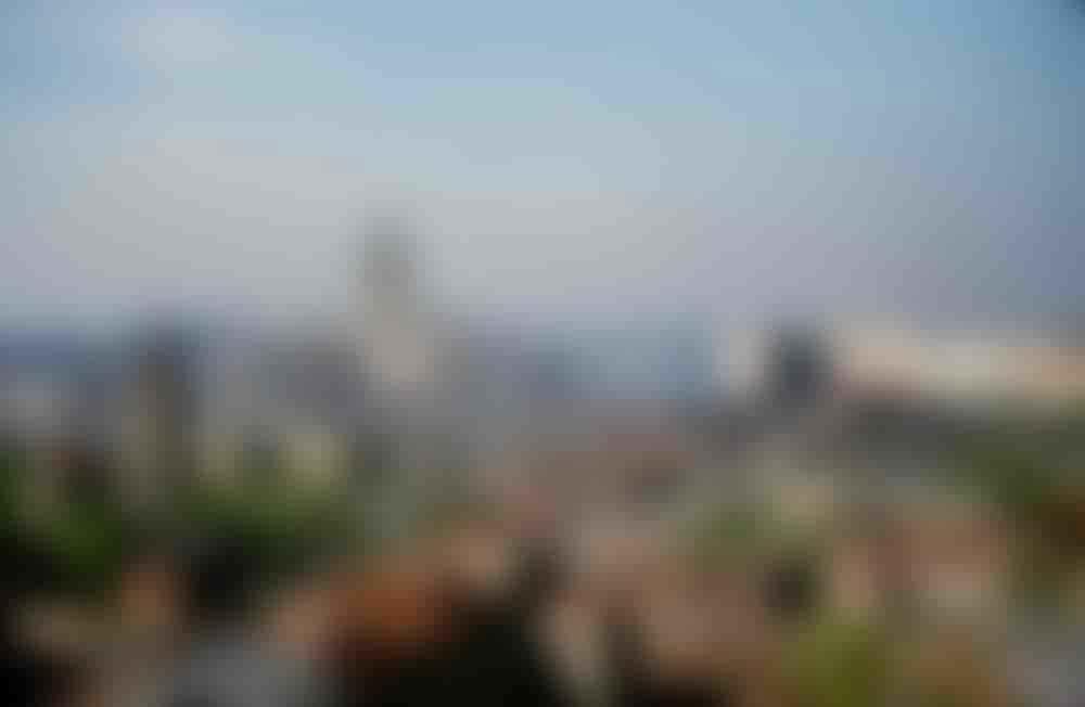Высотка гостиницы «Украина» (ныне – Radisson Royal). Вид с крыши посольства США на Новинском бульваре, Москва. Слева – Храм Девяти мучеников Кизических.