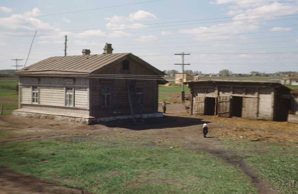 Неизвестная деревня. Снимок из окна поезда.