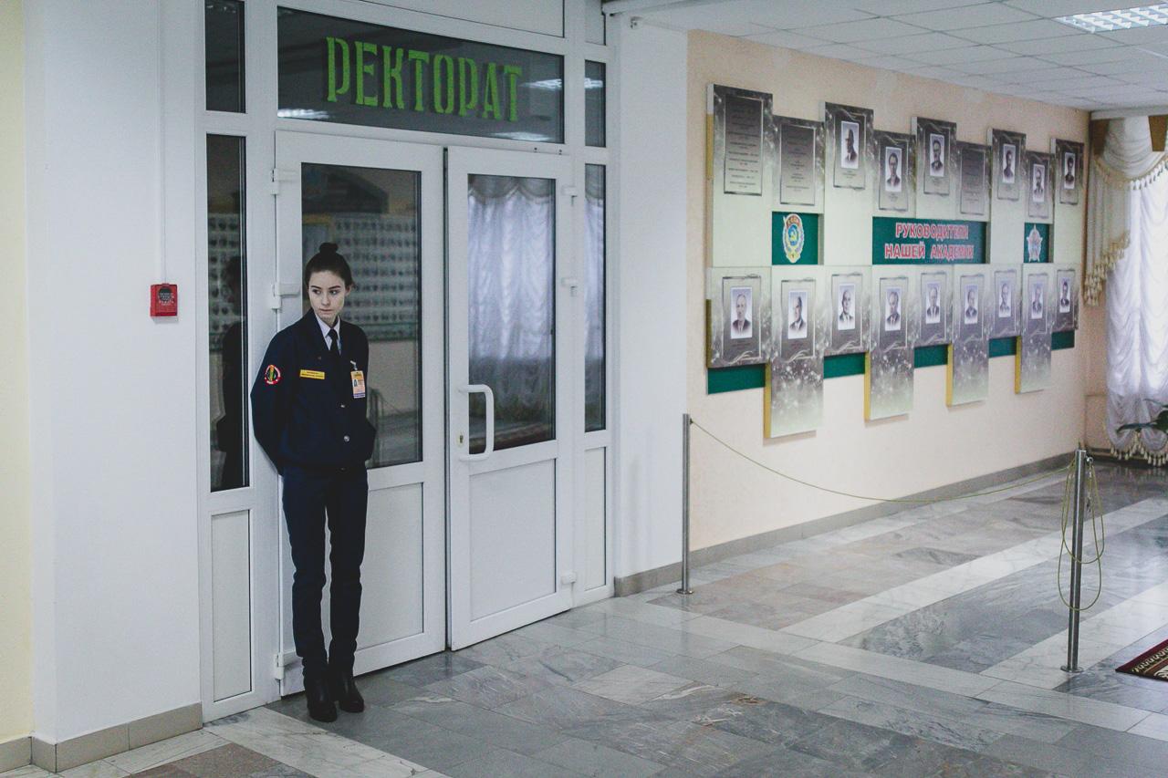 Студэнцкая ахова каля ўваходу ў рэктарат Горацкай сельскагаспадарчай акадэміі.