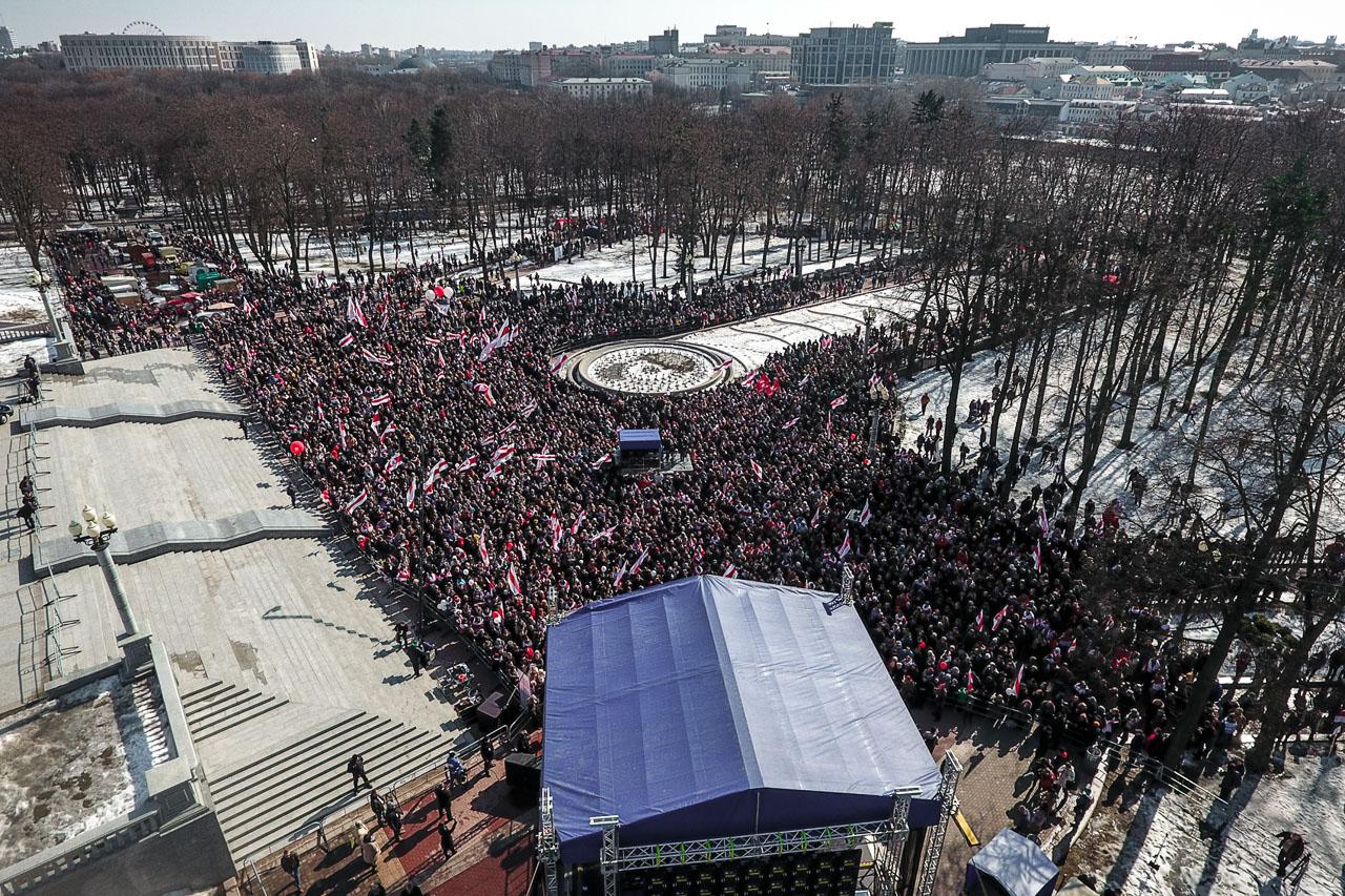 Плошча перад Опэрным тэатрам на Дзень Волі ў Менску